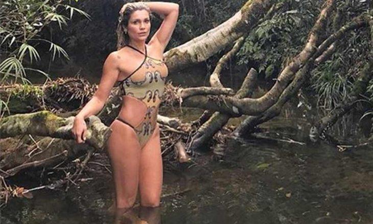 Flávia Alessandra exibe corpão ao posar de maiô em cachoeira
