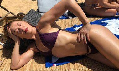 Claudia Raia exibe corpão de biquíni na praia e surpreende: ''52 anos, me sinto tão plena''