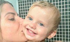 Karina Bacchi encanta ao posar no banho lado do filho: 'Banho de amor'