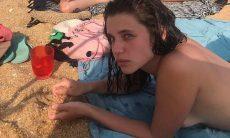 Bruna Linzmeyer posta foto de topless com amigos na praia