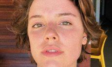 Alice Wegmann, em protesto contra censura à nudez, publica foto de seios