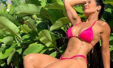 Com maiô cavado, Scheila Carvalho ostenta corpo musculoso aos 47 anos. Foto: instagram