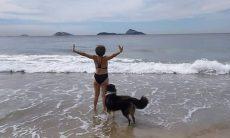 "Betty Faria posta clique de biquíni na praia e responde comentário de seguidor: ""escroto"""