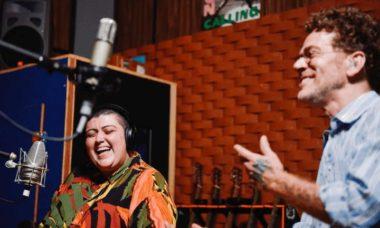 """Em parceria com Ana Vilela, Nando Reis grava nova canção dedicada aos profissionais da saúde: """"Laços"""""""