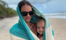 Chay Suede mostra dia de sol e chuva com Laura Neiva e a filha em passeio na praia
