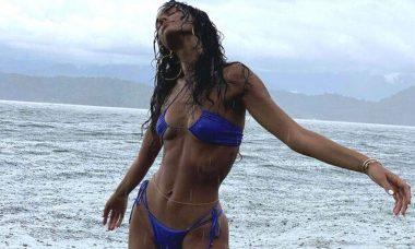 Mesmo com tempo nublado e chuvoso Bruna Marquenize se joga no mar. (Foto: Reprodução/Instagram)