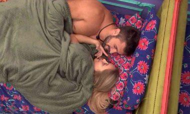 BBB 21: Carla Diaz e Arthur trocam beijos e brincam sobre 'ficar debaixo do edredom'