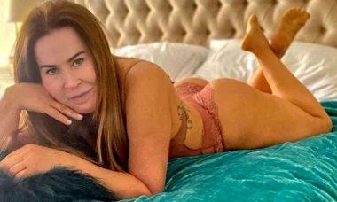 """Zilu Godói desabafa sobre ataques após postar foto de lingerie: """"olho inchado de tanto chorar"""""""
