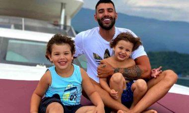 Gusttavo Lima passeia com os filhos em iate: 'respeita esse time'