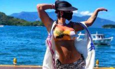 Laura Keller posa de biquíni e seguidores apontam Photoshop