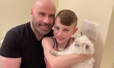 John Travolta posa ao lado do filho em clique raro