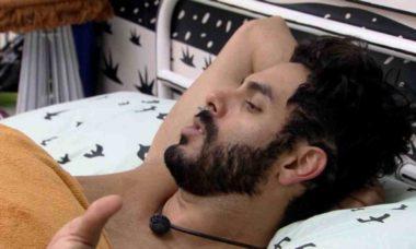 BBB 21: Rodolffo fica irritado ao ser acordado: 'respeita as pessoas'
