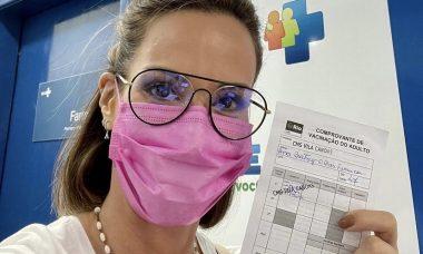 "Ana Furtado toma vacina contra a Covid-19 e se emociona: ""Aliviada"""