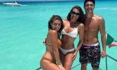 Elaine Mickely posa com os filhos em passeio de barco em Cancún