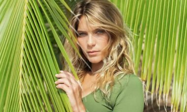 Isabella Santoni exibe momento descontraído na praia: 'mulher oceânica'