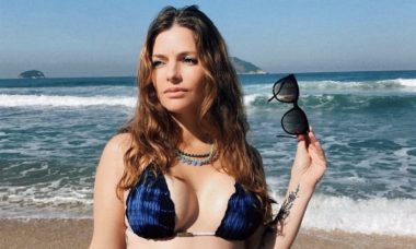 Mãe de 4 filhos, Ana Paula Tabalipa posa de biquíni e corpo impressiona
