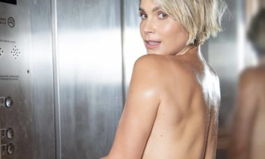 Flávia Alessandra posa em elevador usando apenas calcinha grifada de R$ 450