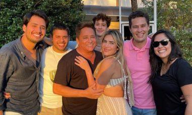 Leonardo compartilha clique raro ao lado dos seis filhos