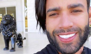 """Gusttavo Lima é criticado na web por novo visual: """"Corta esse cabelo"""""""