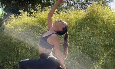 """Isis Valverde posta cliques de sessão de ioga: """"Manhã de estica e puxa"""""""
