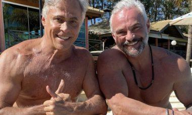 Mateus Carrieri e Oscar Magrini posam sem camisa e ganham elogios