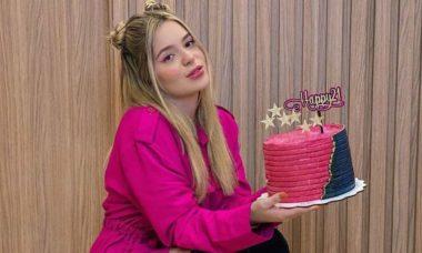 Viih Tube celebra aniversário com bolos personalizados: 'coisa mais linda'