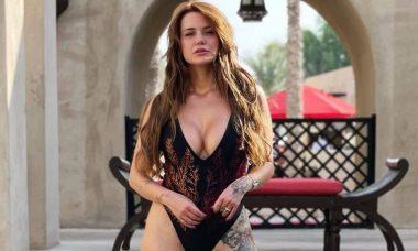 Marcela McGowan posa de maiô e namorada Luiza a elogia: 'que saúde'