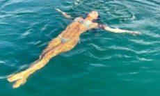 Mariana Rios posa flutuando em lago em cenário paradisíaco