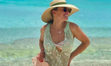 Elaine Mickely posta cliques na praia em viagem ao Caribe