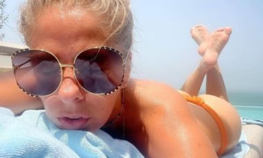 Adriane Galisteu curte dia de sol e brinca: 'bunda sempre branca'