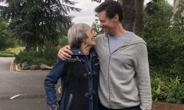 Hugh Jackman posta foto com a mãe que o abandonou na infância