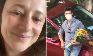 Mateus Solano busca a esposa no hospital com buquê de flores