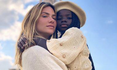 """Giovanna Ewbank se derrete pela filha em Paris: """"Minha cara metade"""""""