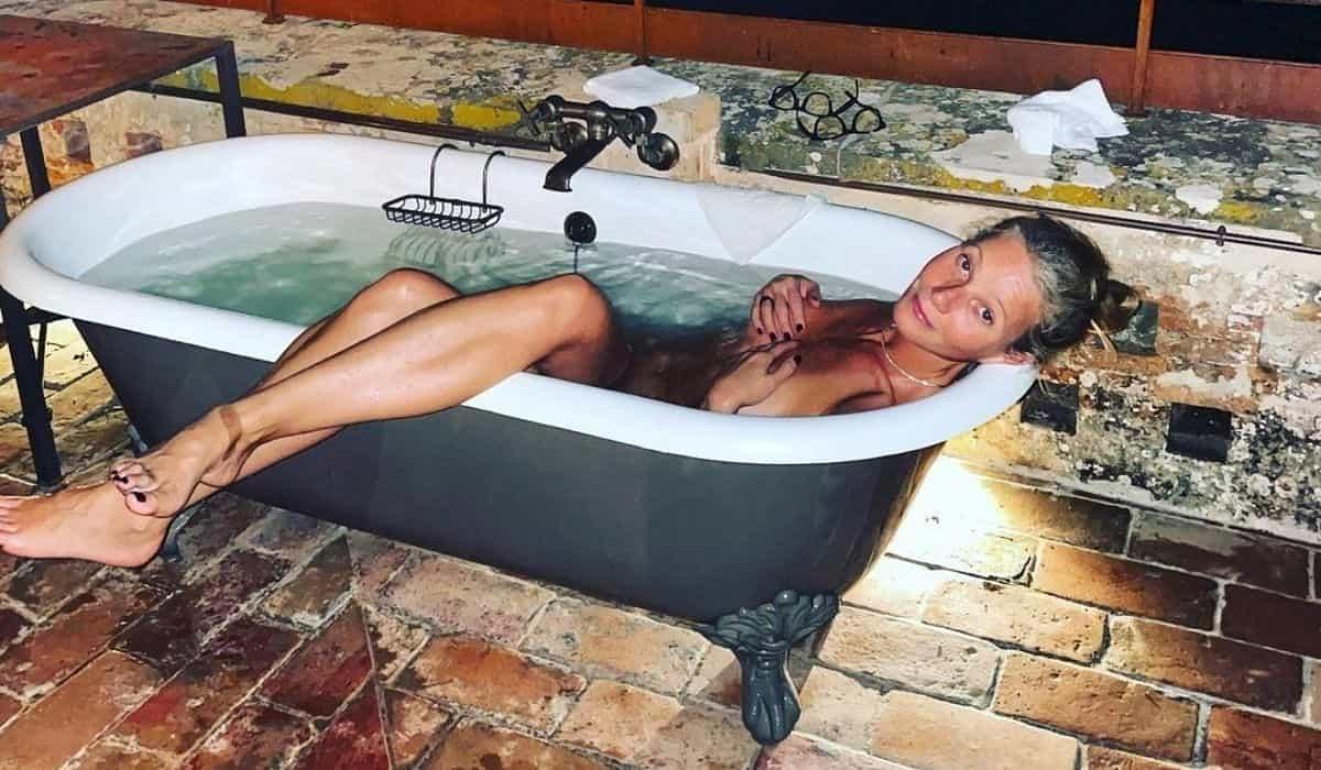 Gwyneth Paltrow posta clique nua em banheira ao ar livre