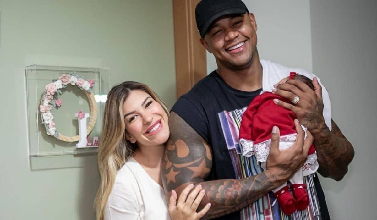 Lore Improta e Léo Santana saem da maternidade com a filha
