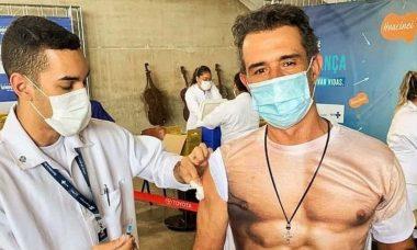 Marcos Pasquim vai tomar a vacina 'sem camisa': 'atendendo a pedidos'