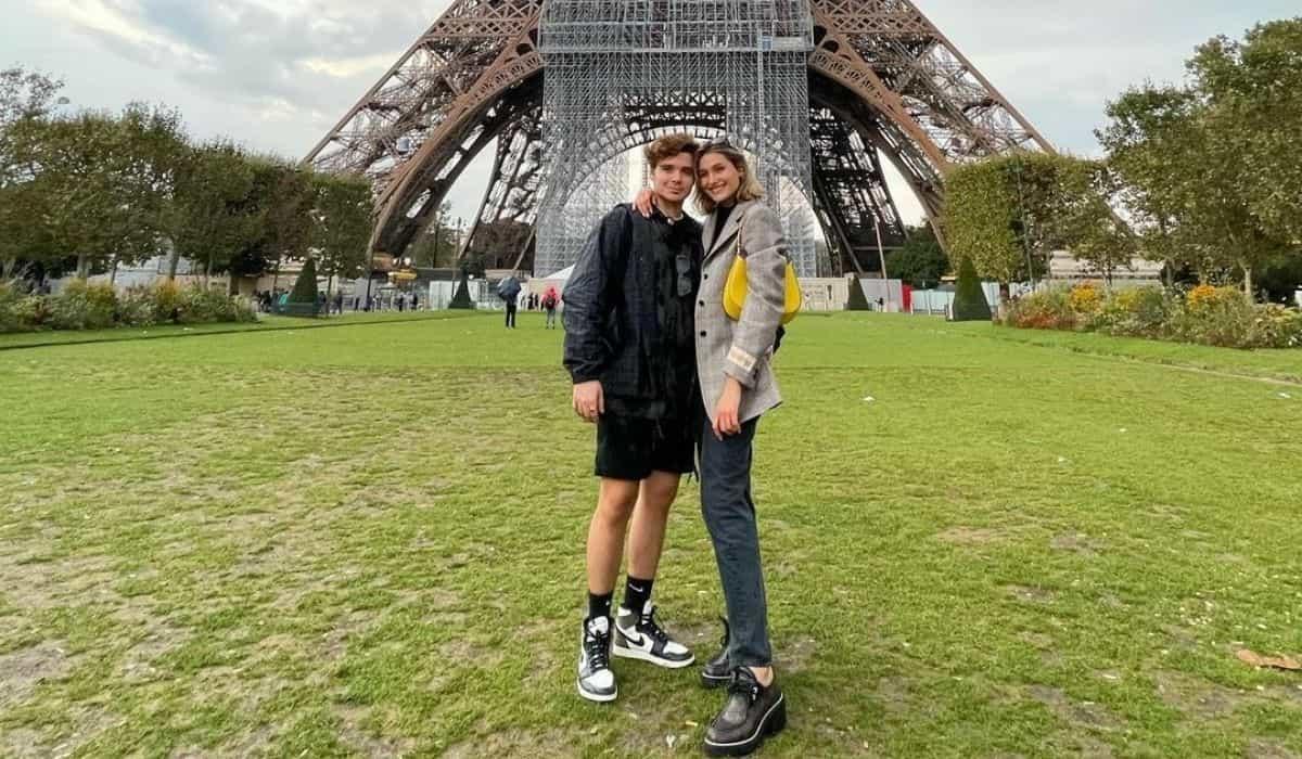 Sasha e João Fiqueiredo posam em frente a Torre Eiffel: 'bem turista'