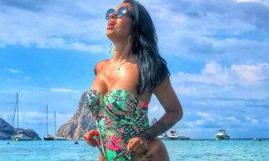 Ariadna Arantes exibe tatuagem ao posar no mar durante viagem à Ibiza