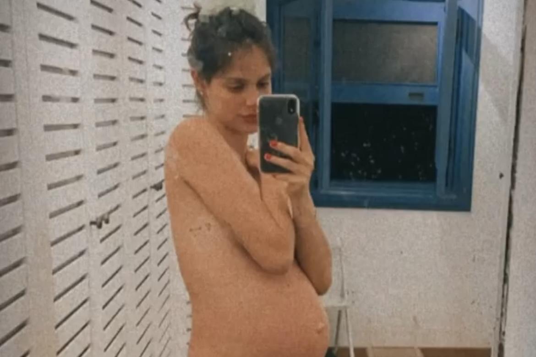 Laura Neiva posa topless e celebra 8 meses de gravidez