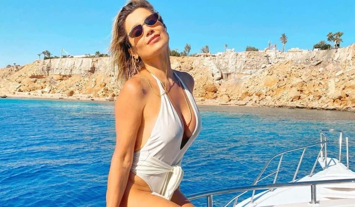 Flávia Alessandra posa de maiô branco em passeio pelo Mar Vermelho