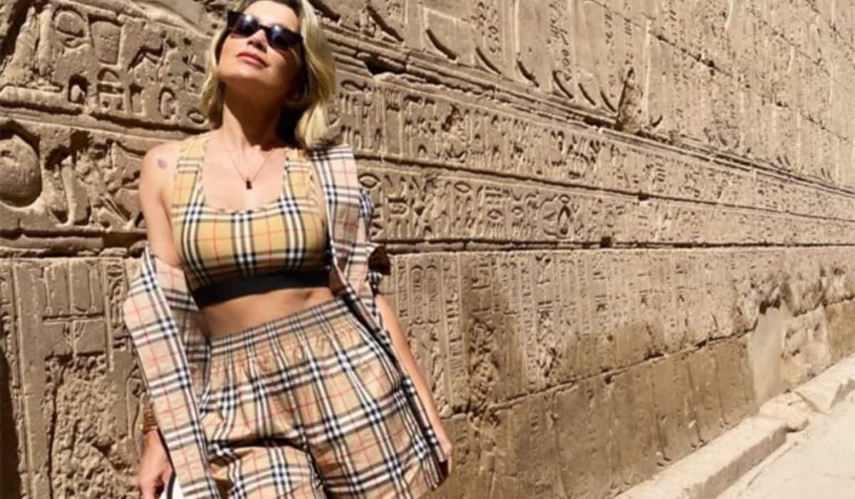 Flávia Alessandra posa em passeio no Egito com look de quase R$ 10 mil
