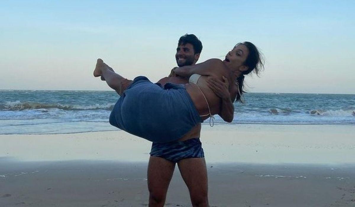 Daniel Cady e Ivete Sangalo posam em clima de romance na praia