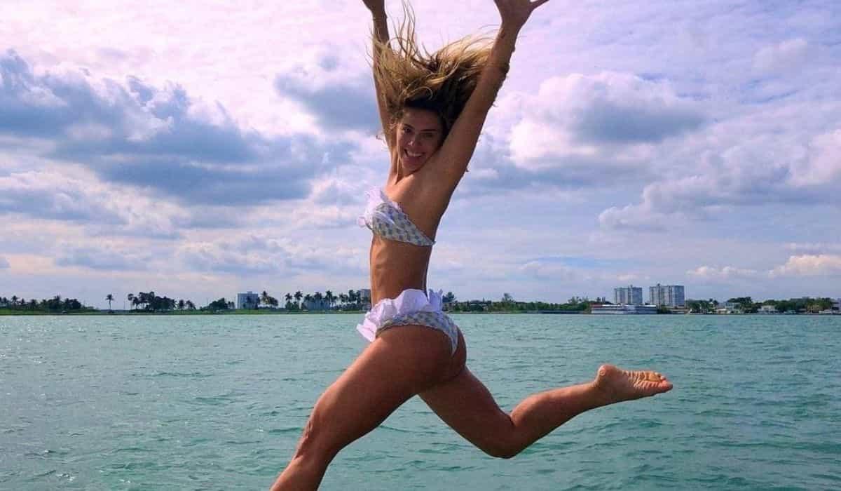 Carolina Dieckmann posa pulando no mar: 'me lembra Dia das Crianças'