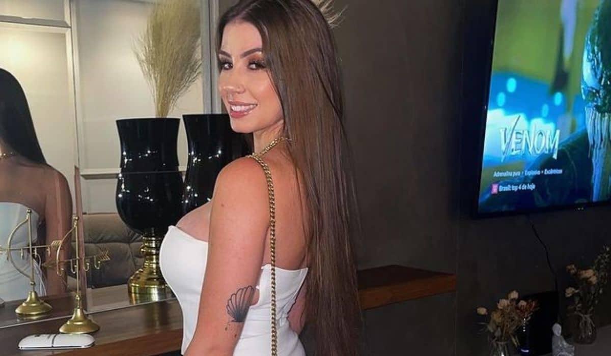 Maria Lina encanta os fãs ao posa com vestido branco: 'minha cor favorita'