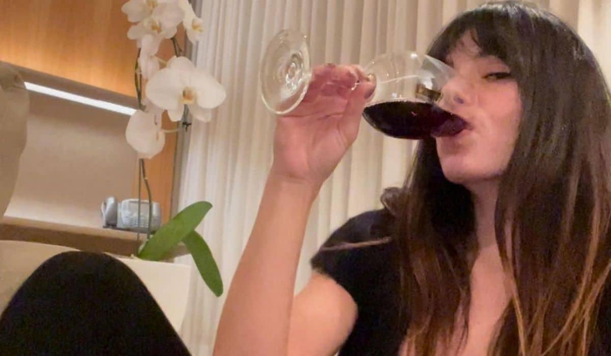 Tomando vinho, Isis Valverde revela dificuldade com fuso horário após voltar de Paris