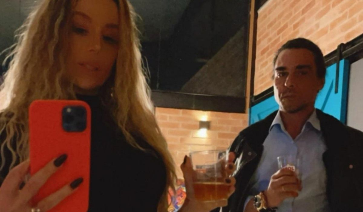 Danielle Winits posa com o marido tomando drinks: 'vale night para nós'