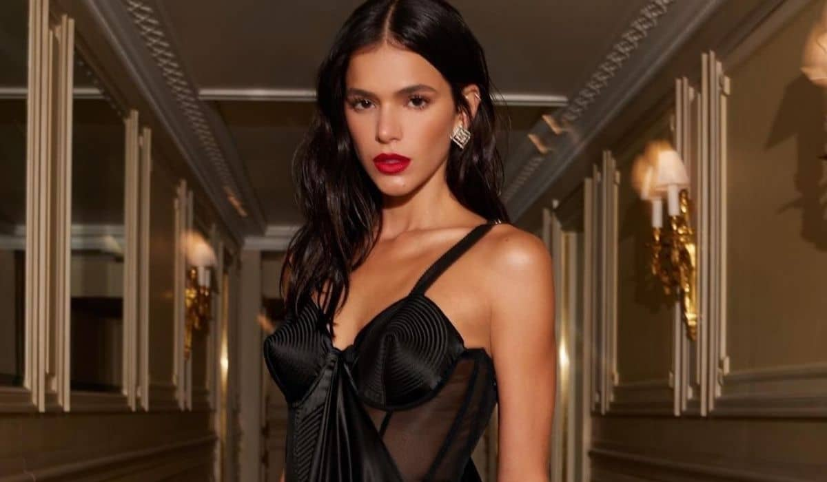Bruna Marquezine posa com vestido transparente em viagem por Paris
