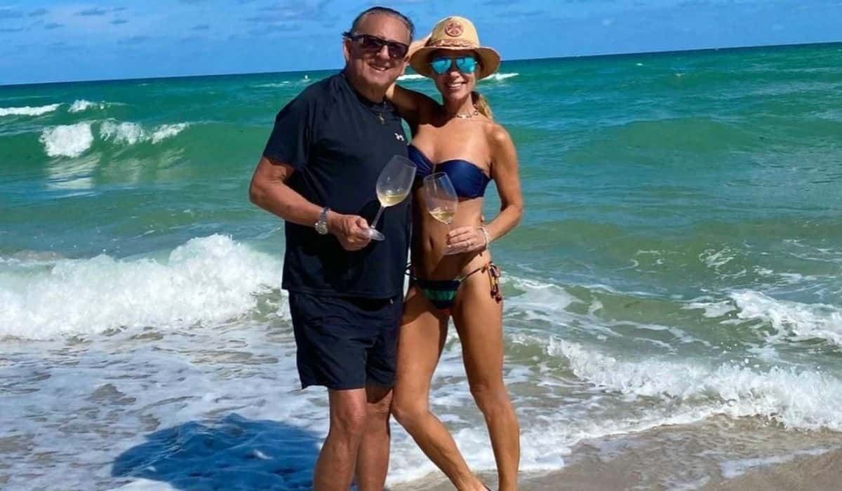 Galvão Bueno e esposa bebem vinho e curtem praia de Miami: 'amamos'