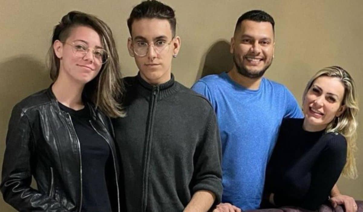 Após polêmicas, Andressa Urach celebra aniversário com a família