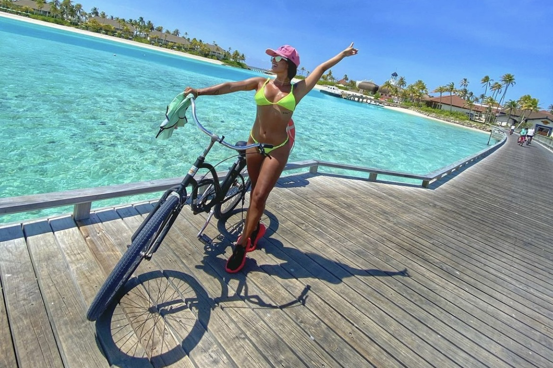 Carol Peixinho abre álbum de viagem nas Maldivas